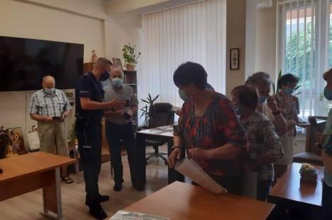 """Zdjęcie z zakończenia projektu socjalnego """"Ochrona bezpieczeństwa osób starszych, niepełnosprawnych  w czasie pandemii COVID - 19"""""""